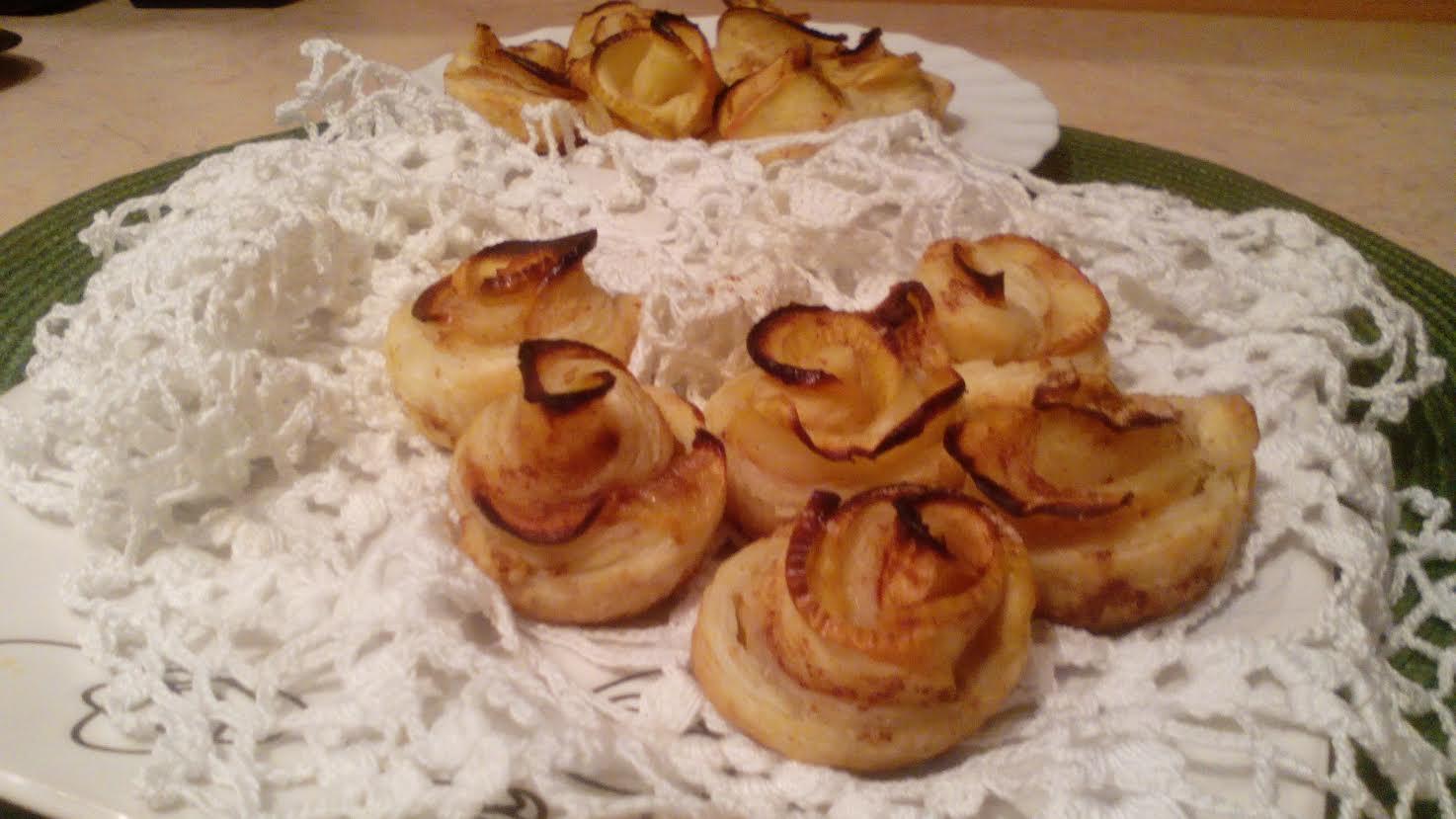 Róże z ciasta francuskiego z cynamonem i jabłkiem