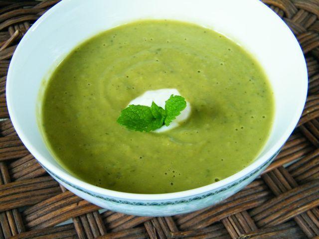 Zupa z zielonego groszku z boczkiem i kiełbasą