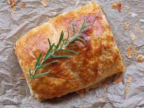 Pieczeń rzymska z jajkiem w cieście francuskim