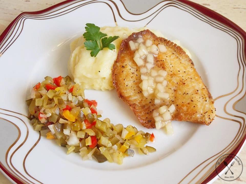 Tilapia na purée z selera z sosem jabłkowym