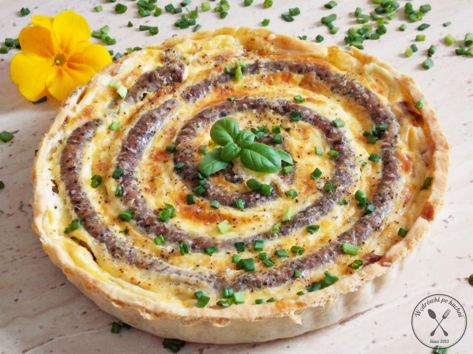Tarta z białą kiełbasą i karmelizowaną cebulą